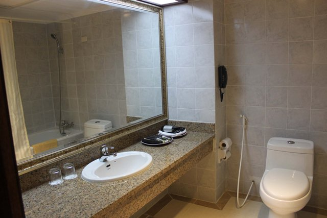 diamond-hotel-phnom-penh-bathroom.jpg