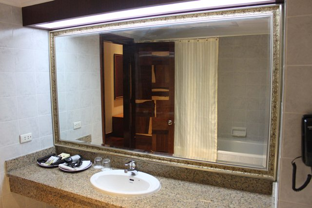 diamond-hotel-phnom-penh-deluxe-bathroom